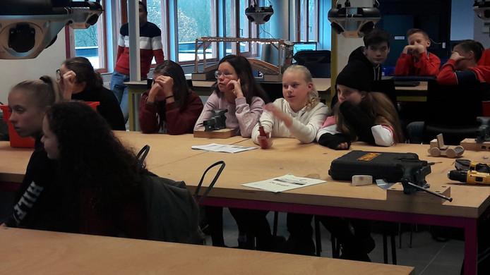 In het Betalab van het Zwijsen College krijgen ook veel meisjes les.