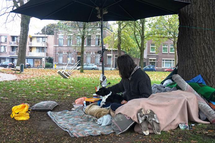 De dakloze en hondje Pina