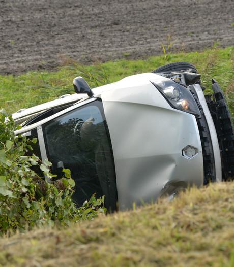 Auto rijdt van de dijk bij Oud-Vossemeer