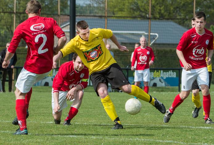 VCA-speler Mathijs Thoonen neemt de bal mee naar het strafschopgebied van Dodewaard.