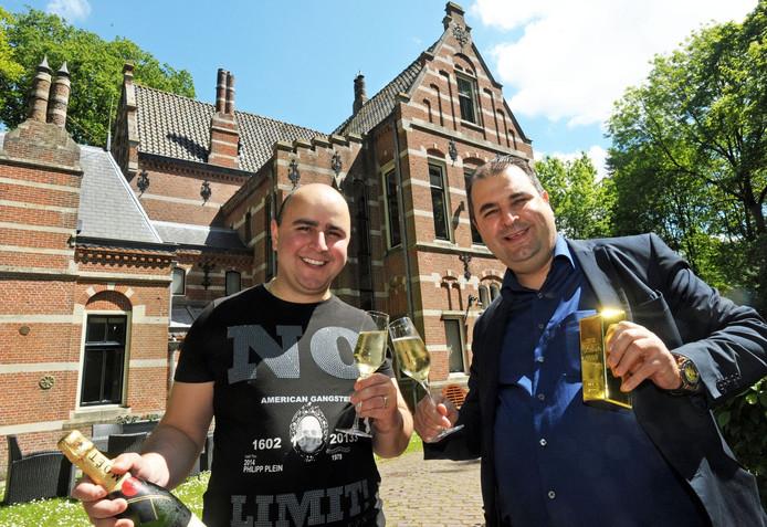 Salar (rechts) en Sasan Azimi bij hun kasteel in Aardenburg. 'Werken, werken, werken' is volgens Salar de belangrijkste sleutel richting hun financiële succes.