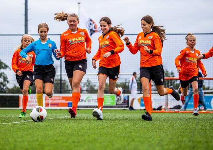 Het meidenteam van voetbalvereniging GOZ in Mijnsheerenland trapt een balletje.