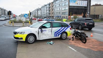 Jarige motorrijder crasht op politiewagen