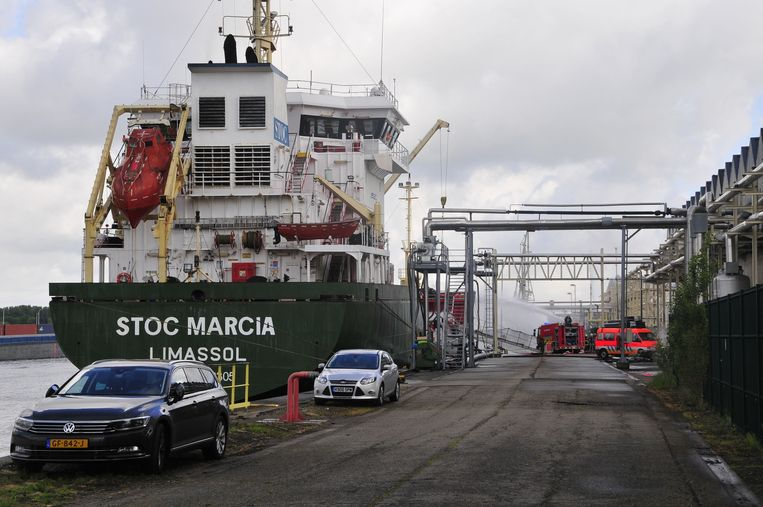 De brandweer moest na een zogenaamde explosie op een boot tussenbeide komen.