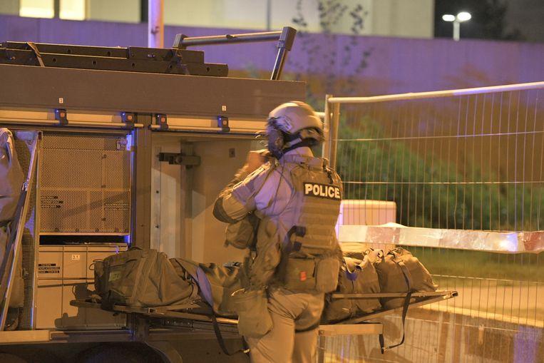Speciale eenheden van de federale politie maken zich klaar om het gebouw te betreden.