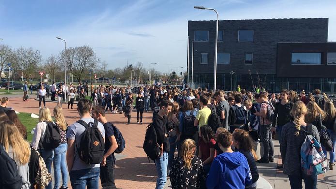 Leerlingen buiten bij het Lek en Linge in Culemborg.