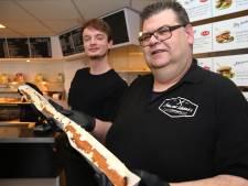 Henrie uit Voorst verpulvert recordtijd bij frikandel-challenge in Deventer snackbar