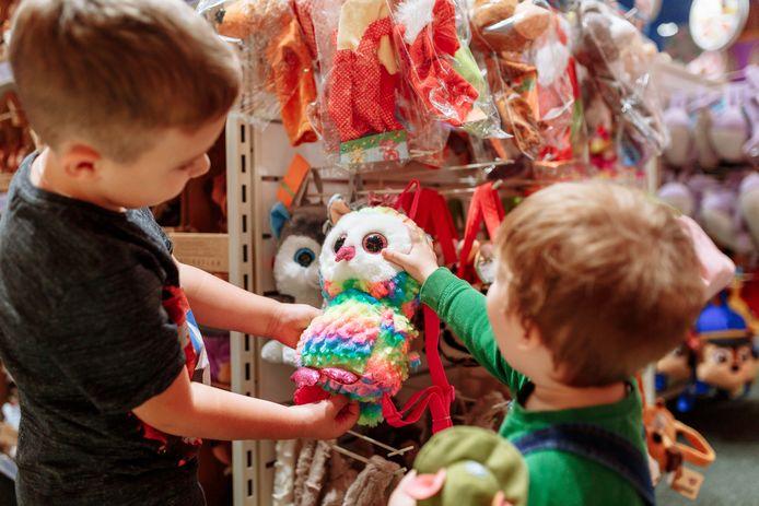 Twee jongens in een speelgoedwinkel.
