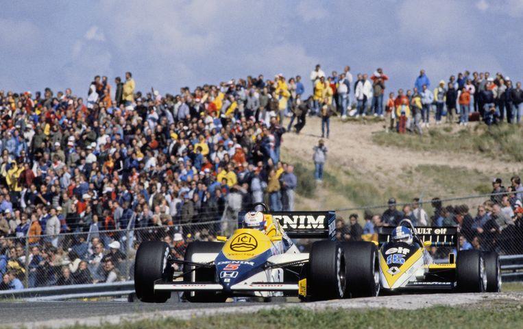 Nigel Mansell in de Williams-Honda (links) en Derek Warwick in de Renault op het circuit van Zandvoort. Beeld ANP