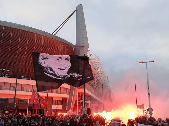 Harry van Raaij werd zaterdagmiddag door duizenden PSV-supporters een laatste saluut gegund.