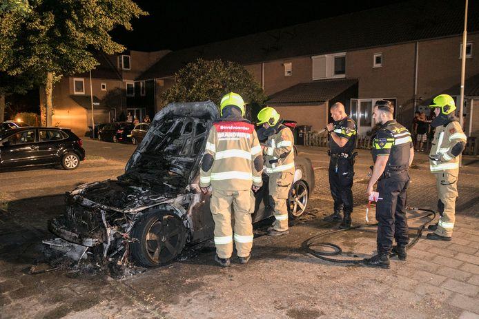 Een auto is uitgebrand aan de Dr. Willem Dreessingel in Arnhem.