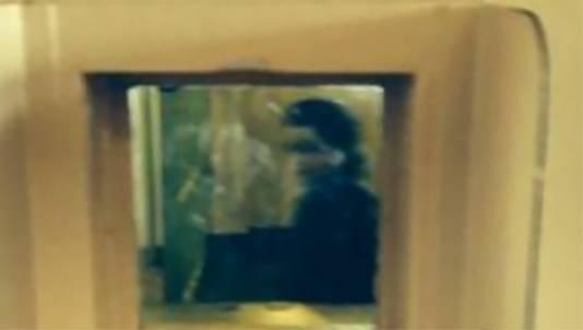 De met een iPhone vastgelegde 'geest' in een raampje van een bezoekersruimte in Alcatraz.