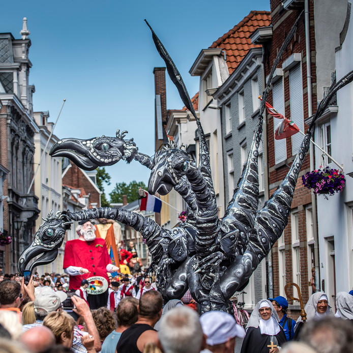 Beeld van de internationale reuzenstoet die vorig jaar door Bergen op Zoom trok. Ook zondag zijn de reuzen weer van de partij tijdens Brabant Stoet.