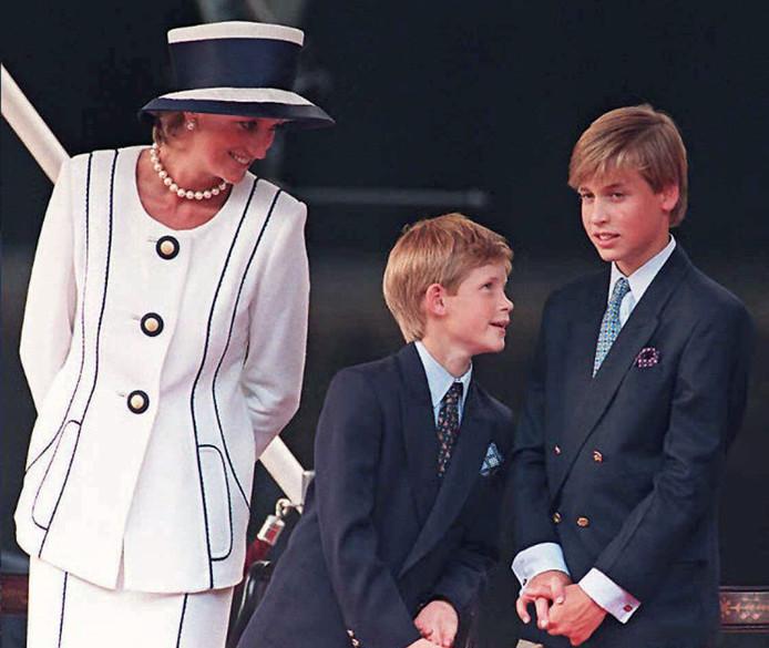 Archiefbeeld uit 1995. Prinses Diana samen met prins Harry en prins William. Queen Elizabeth heeft dus ook de volledige voogdij gehad over William en Harry, toen ze nog jonger waren.