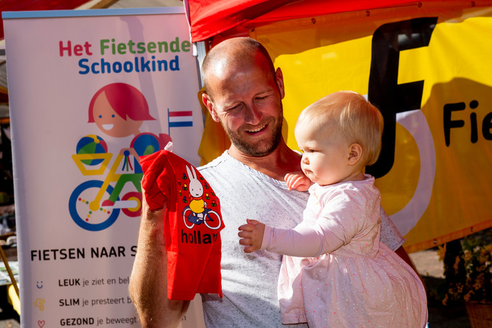 Oud-baanrenner Teun Mulder uit Emst steunt de actie van de Fietsersbond om kinderen -straks ook dochter Hanna- met de fiets naar school te brengen.