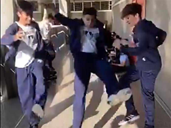 De jongen in het midden wordt brutaal onderuit gehaald terwijl hij in de lucht springt. In het slechtste geval overleeft hij dat niet, waarschuwen dokters.