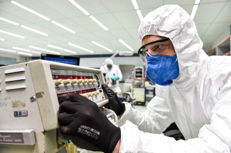 In een Braziliaans lab van Fiat wordt nu geholpen bij herstel van beademingsapparatuur uit ziekenhuizen. Beeld Getty Images