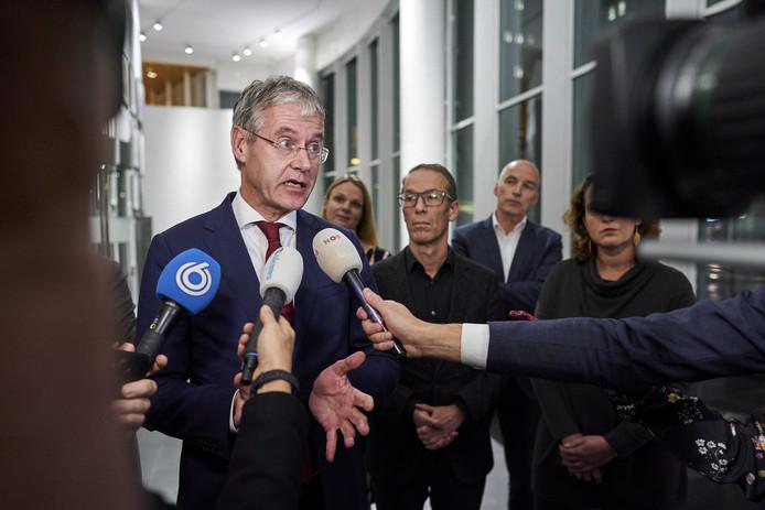 Minister Arie Slob voor Basis- en Voortgezet Onderwijs en Media (ChristenUnie) maakte samen met de onderwijsbonden vrijdag bekend dat het kabinet 460 miljoen euro uittrekt voor het basis- en voortgezet onderwijs.