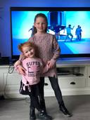 Chloë en Rachel voor de televisie waar ze dansjes mee kunnen oefenen