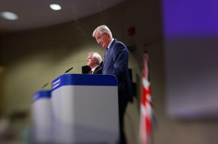 De Britse minister Davis (l) en EU-onderhandelaar Barnier. Beeld EPA