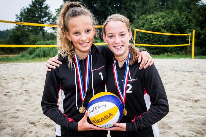 De twee Rijssense volleybalsters Floor van Losser (links) en Kim Borkent, die nationaal kampioen zijn geworden.
