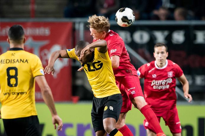 Fredrik Jensen gaat een kopduel aan tegen Roda JC. Foto: ANP Pro Shots