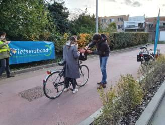 Deinse Fietsersbond zorgt voor nodige fietslichten aan station