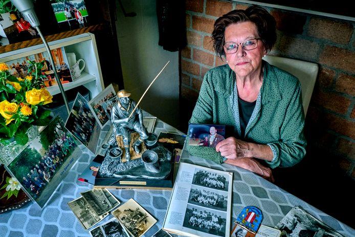 Willy Vlot toont trots de documenten van alles wat haar man in zijn leven heeft gedaan en bereikt. ,,Nu kan ik het afsluiten.''