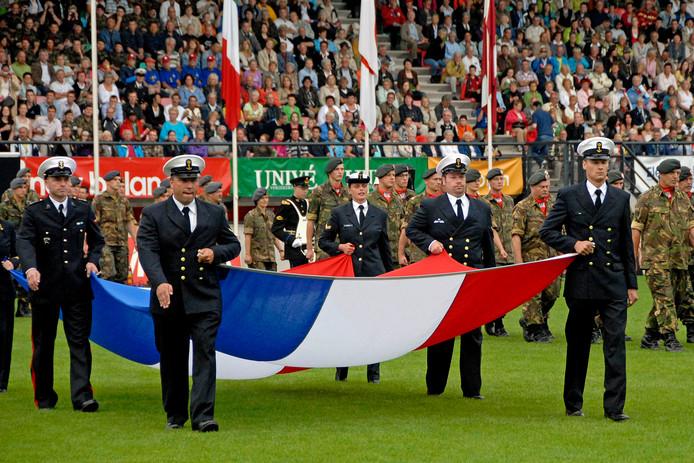 NIJMEGEN De vlaggenparade bij aanvang van de Vierdaagse in 2008. Het was één van de laatste edities in het Gofferstadion.