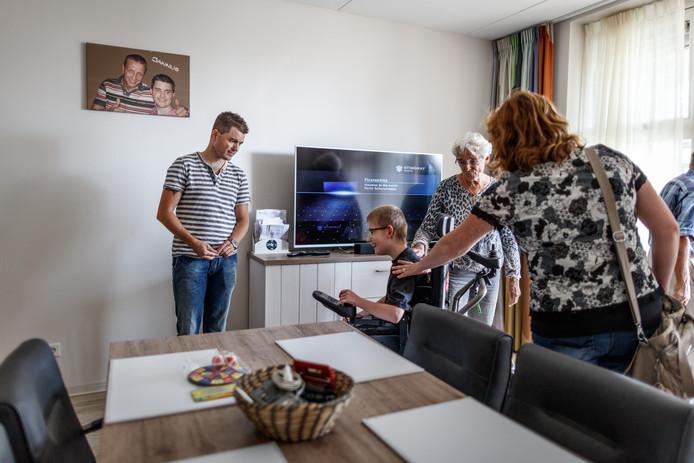 Vandaag werd het SDW-complex Rovohof in Oud Gastel officieel geopend. Na de officiële handelingen konden bezoekers een kijkje nemen in enkele kamers van cliënten. Een vol huis hier dus voor cliënt Patrick