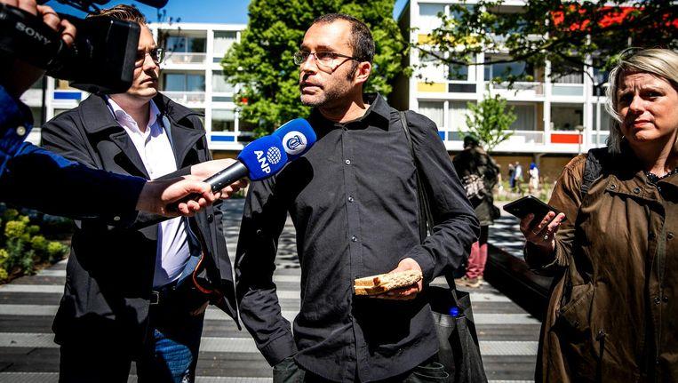 Initiatiefnemer Rogier Meijerink van #Geen4MeiVoorMij komt aan bij de rechtbank voor aanvang van het kort geding. Beeld anp