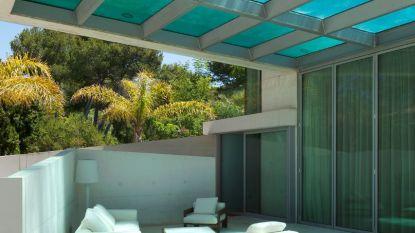 Dit zag je nog nooit: deze Spaanse villa heeft een zwembad dat boven het terras zweeft