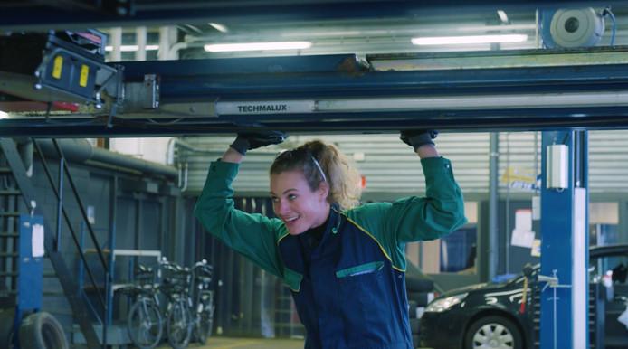 Lonneke Marsmans uit Valkenswaard aan het werk als APK-monteur, één van haar 100 banen.