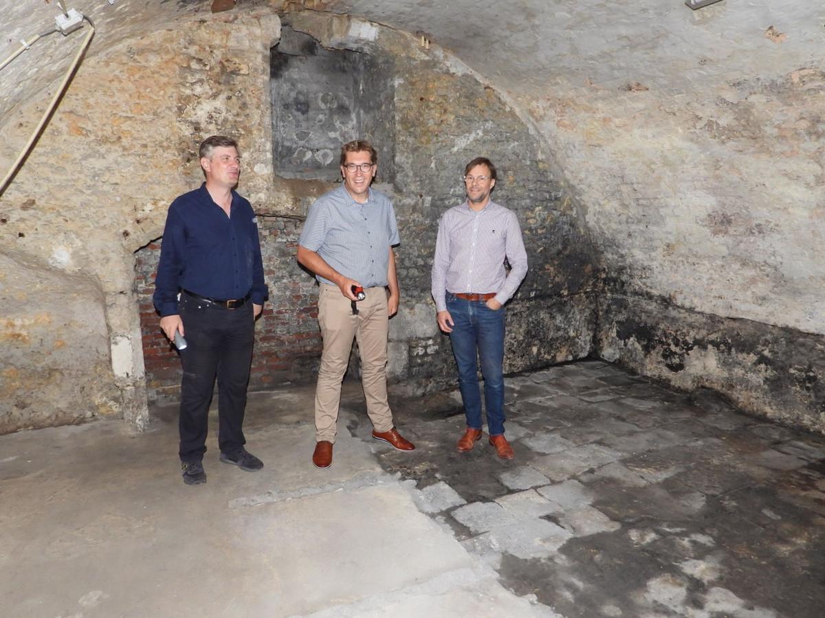 Schepen Franky Demon (m) in één van de historische kelders onder de Theaterwijk.
