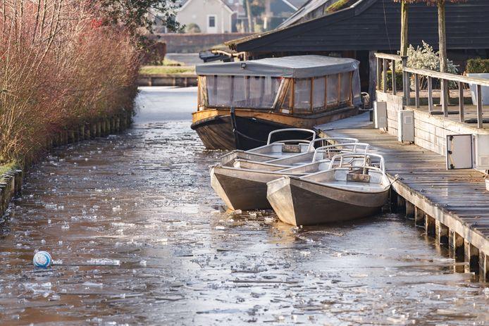 Bij de Grachthof lagen de bootjes juist vast om te voorkomen dat het ijs stukgevaren wordt.