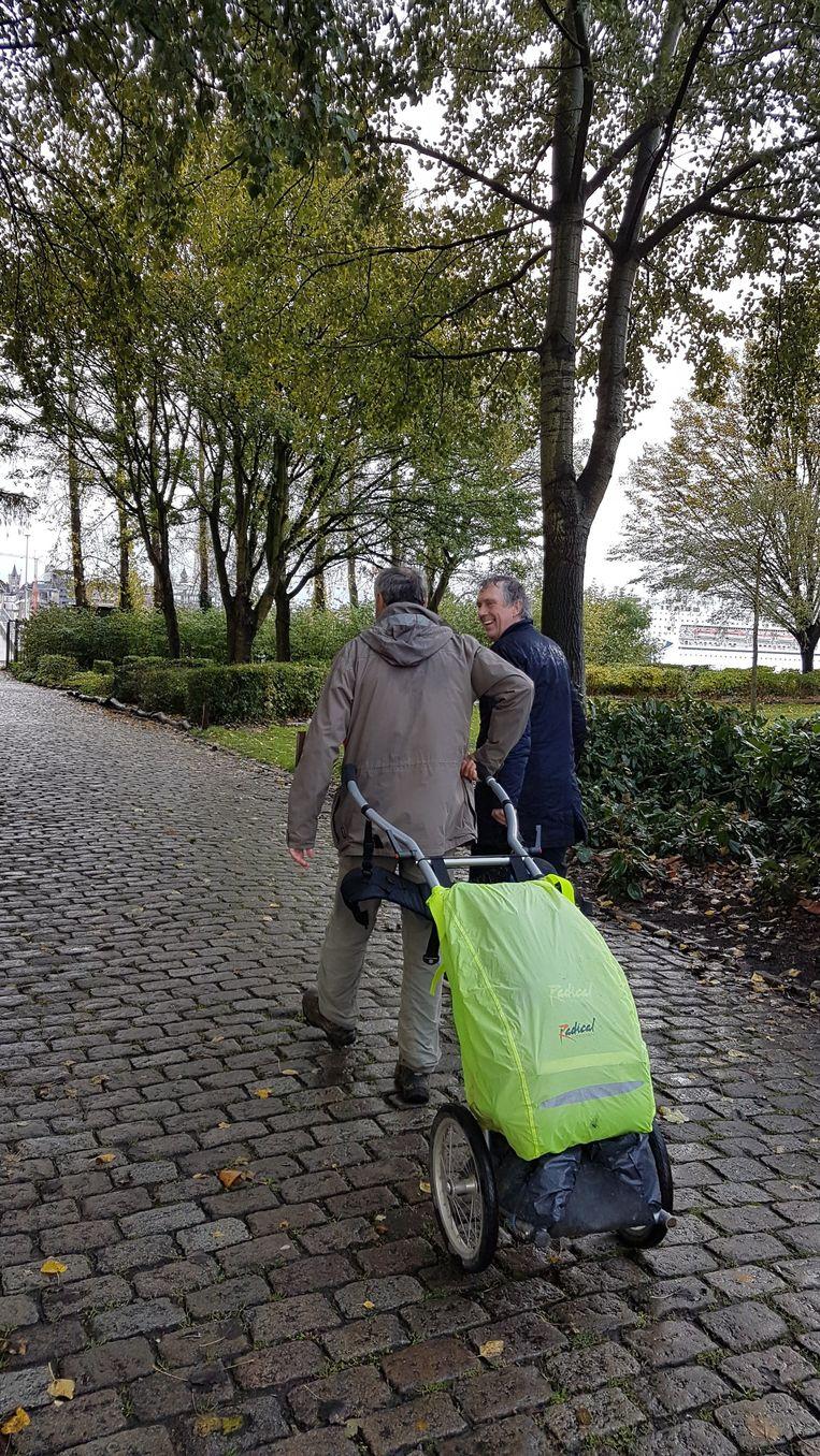 De pelgrim legt de 1.100 km lange tocht te voet af met zijn spullen in een karretje.