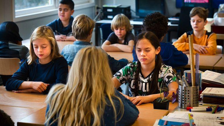 Leerlingen uit groep 7/8 van de Troelstraschool concentreren zich tijdens de les mindfulness op de vraag waarom zij op de wereld zijn. Beeld Klaas Fopma