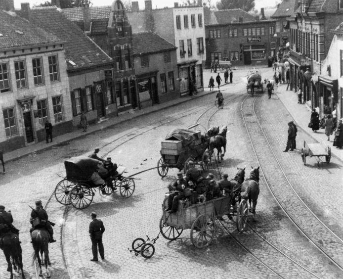 Oostburg, 5 september 1944: Het 15e Duitse leger gebruikt tijdens de snelle terugtrekkingsoperatie in september 1944 allerlei geïmproviseerde voertuigen, zoals hier in Oostburg. fotograaf Oscar de Milliano, ZB, Beeldbank Zeeland