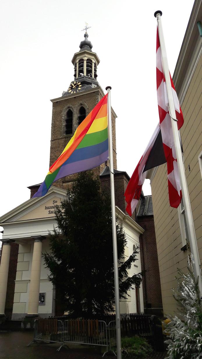 In Roosendaal is dinsdagochtend de regenboogvlag gehesen, in reactie op de omstreden Nashville-verklaring.