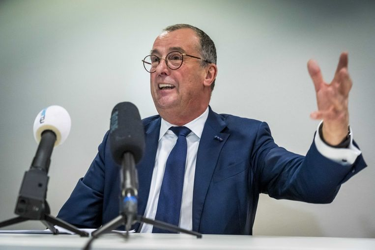 Hans Alders, voorzitter van de Omgevingsraad Schiphol, geeft tijdens een persconferentie een korte toelichting op het advies over de toekomst van Schiphol en omgeving.  Beeld ANP, Les van Lieshout