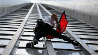 Franse Spiderman beklimt wolkenkrabber in Parijs