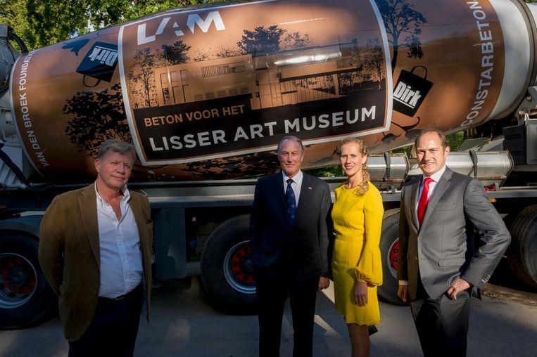 Betonwagen bij de start van de bouw van het LAM in 2015. Van links naar rechts Dirk de Regt (Constar Beton), Jan van den Broek, Sietske van Zanten, Dirk-Jan van den Broek. Beeld Eric de Vries