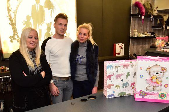 V.l.n.r. Karolien Remy, samen met haar schoonzoon Thanner en dochter Charelle in de winkel.