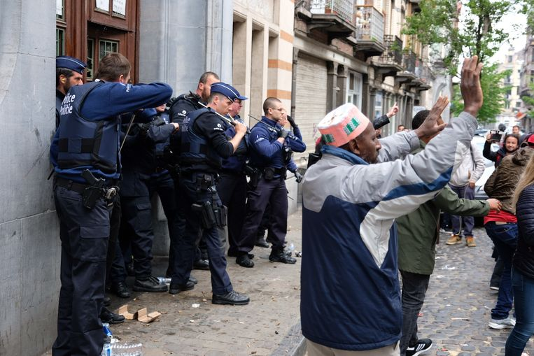 Er werd met eieren en flessen gegooid naar de politie aan de Schaarbeekse school.