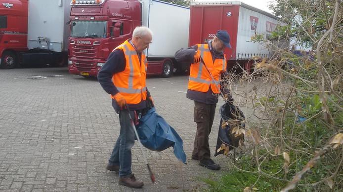 Twee leden van de ' Vereniging de Dommel door Boxtel' ontfermt zich over het vuil nabij de Oude Ketting.