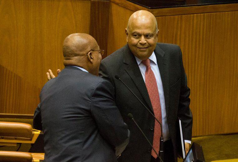 Voormalig minister van Financiën Pravin Gordhan (rechts) schudt de hand van President Jacob Zuma in 2016. Gordhan werd in maart 2017 ontslagen door Zuma. Beeld epa