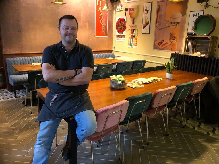 Filip Cockx in zijn nieuwe café De Retro