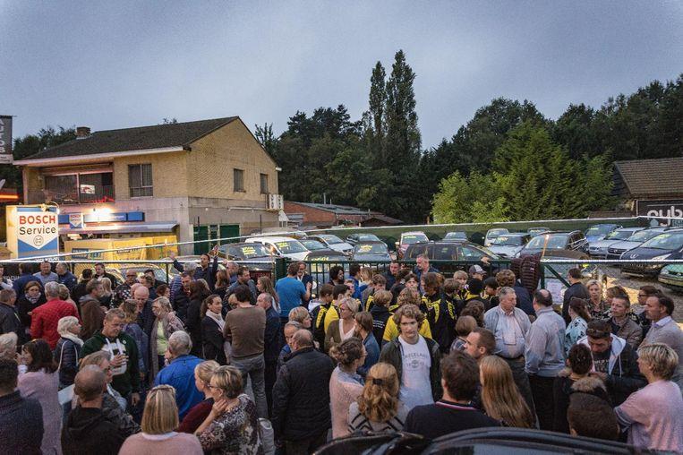 Vrienden en familie zoeken steun bij mekaar voor de autohandel van de verongelukte Geert Van Hoof (49).