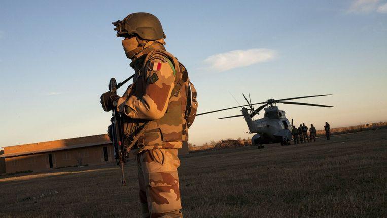 Een Franse soldaat staat op wacht terwijl de luchtmacht en het leger zich klaarmaken voor een militaire operatie in het noorden van Mali. Beeld afp