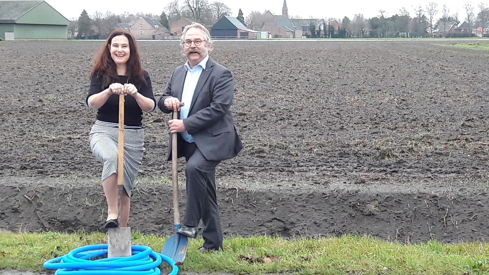 Silvia Heijnen en wethouder Cees Lok zetten eind december symbolisch de eerste schoppen in de grond voor de aanleg van glasvezel in het buitengebied.